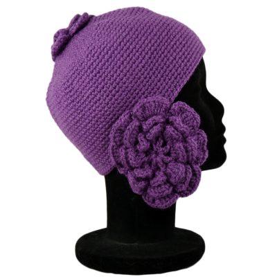 Bonnet violet avec fleur